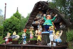Gauls dockor bredvid hus från den Epidemais Croisiere dragningen på Park Asterix, Ile de France, Frankrike Royaltyfria Bilder