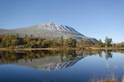 Gaustadtoppen gór lustrzany jezioro w jesieni Zdjęcia Stock