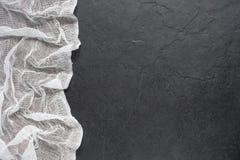 Gauthe bianco sulla tavola di pietra scura Fotografie Stock Libere da Diritti