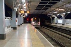 Gautrain que entra a estação em Joanesburgo foto de stock