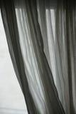 Gauzy gordijn in zwart-wit wordt teruggetrokken die Royalty-vrije Stock Foto