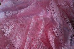 Gauzy rosa spets- tyg i veck Arkivbild