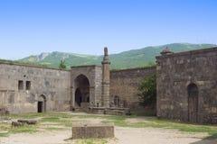 Gavazan, Tatev柱子是一个八角型石专栏 修道院Tatev 的臂章 免版税库存图片