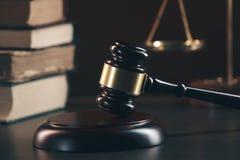 Gavel δικαστών με τους δικηγόρους δικαιοσύνης που διοργανώνουν τη συνεδρίαση των ομάδων στην εταιρία νόμου στο υπόβαθρο στοκ φωτογραφία με δικαίωμα ελεύθερης χρήσης