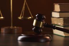 Gavel δικαστών με τους δικηγόρους δικαιοσύνης που διοργανώνουν τη συνεδρίαση των ομάδων στην εταιρία νόμου στο υπόβαθρο στοκ φωτογραφίες με δικαίωμα ελεύθερης χρήσης