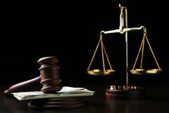 Gavel δικαστών με τα δολάρια Στοκ Εικόνες