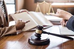 Gavel δικαστών με τις κλίμακες της δικαιοσύνης, της επιχειρηματία και των αρσενικού δικηγόρων ή του συμβούλου που συζητούν τα έγγ στοκ φωτογραφίες