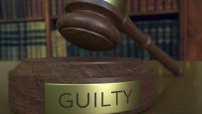 Gavel δικαστών ` s που πέφτει και που χτυπά το φραγμό με την ΈΝΟΧΗ επιγραφή φιλμ μικρού μήκους