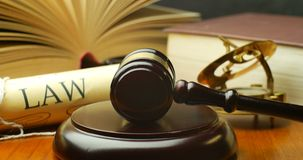 Gavel δικαστών δικαστών τακτοποίησης νόμου δικηγόρων πληρεξούσιων δικηγόρων στο δικαστήριο φιλμ μικρού μήκους