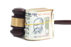 Gavel δικαστών και ινδικά τραπεζογραμμάτια ρουπίων νομίσματος Στοκ Φωτογραφία
