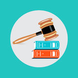 Gavel δικαστών πάνω από το επίπεδο διάνυσμα σχεδίου βιβλίων Στοκ Εικόνες