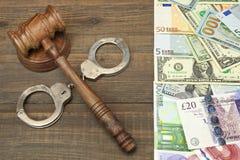 Gavel δικαστών, χειροπέδες και διεθνή χρήματα στοκ εικόνες