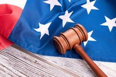 Gavel και αμερικανική σημαία δικαστών στο ξύλο Στοκ εικόνες με δικαίωμα ελεύθερης χρήσης