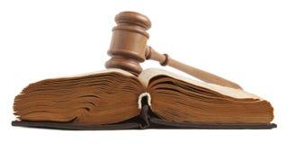 Gavel και βιβλίο που απομονώνονται στοκ φωτογραφία με δικαίωμα ελεύθερης χρήσης
