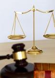 Gavel και νομικές gavel δικαστών κλίμακες της δικαιοσύνης και του νόμου που λειτουργούν Στοκ εικόνα με δικαίωμα ελεύθερης χρήσης