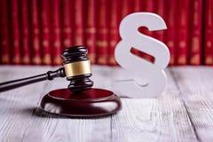 Gavel και ξύλινη παράγραφος τα σύμβολα του νόμου στοκ φωτογραφία με δικαίωμα ελεύθερης χρήσης