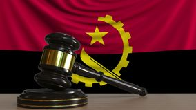 Gavel και φραγμός δικαστή ενάντια στη σημαία της Ανγκόλα Της Αγκόλα εννοιολογική ζωτικότητα δικαστηρίων απόθεμα βίντεο