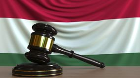 Gavel και φραγμός δικαστή ενάντια στη σημαία της Ουγγαρίας Ουγγρική εννοιολογική ζωτικότητα δικαστηρίων φιλμ μικρού μήκους