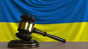 Gavel και φραγμός δικαστή ενάντια στη σημαία της Ουκρανίας Ουκρανική εννοιολογική ζωτικότητα δικαστηρίων απόθεμα βίντεο