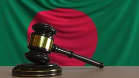 Gavel και φραγμός δικαστή ενάντια στη σημαία του Μπανγκλαντές Του Μπαγκλαντές εννοιολογική ζωτικότητα δικαστηρίων απόθεμα βίντεο