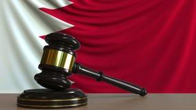 Gavel και φραγμός δικαστή ενάντια στη σημαία του Μπαχρέιν Του Μπαχρέιν εννοιολογική ζωτικότητα δικαστηρίων απεικόνιση αποθεμάτων