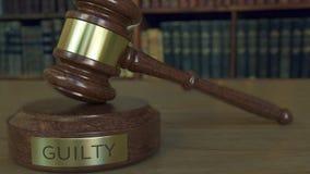 Gavel και φραγμός δικαστών ` s με την ΈΝΟΧΗ επιγραφή φιλμ μικρού μήκους