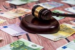 Gavel και χρήματα ευρώ στον ξύλινο πίνακα Στοκ Φωτογραφίες
