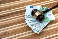 gavel με το ευρώ στο γραφείο κλείστε επάνω στοκ φωτογραφία με δικαίωμα ελεύθερης χρήσης