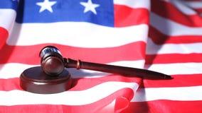 Gavel που αυξάνεται σε μια αμερικανική σημαία φιλμ μικρού μήκους