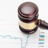 Gavel του ξύλινου δικαστή και πέρα από μερικά σημαντικά οικονομικά έγγραφα - κλείστε αυξημένος Στοκ Φωτογραφίες