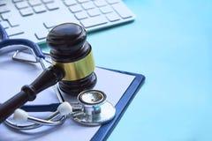 Gavel и стетоскоп медицинское законоведение законное определение медицинской преступной небрежности врача attn общие доктора ошиб стоковые изображения