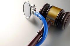Gavel и стетоскоп стоковое изображение rf
