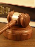 Gavel & livros de lei Imagens de Stock Royalty Free