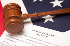 Gavel, bandeira americana e observação da execução duma hipoteca Fotos de Stock