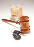 Gavel, boisson alcoolisée et clés de véhicule Images stock