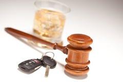 Gavel, boisson alcoolisée et clés de véhicule Images libres de droits