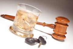 Gavel, boisson alcoolisée et clés de véhicule Photos libres de droits