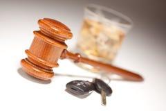 Gavel, boisson alcoolisée et clés de véhicule Photo stock