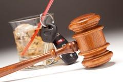 Gavel, boisson alcoolisée et clés de véhicule Image libre de droits