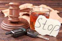 Gavel, chiavi dell'automobile, vetro di alcool fotografia stock