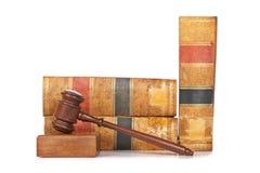 Gavel de madeira e livros de lei velhos foto de stock royalty free