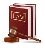 Gavel do juiz e livros de lei.
