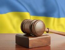 Gavel e bandiera Ucraina fotografia stock