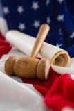 Gavel e documenti giuridici sistemati sulla bandiera americana Fotografie Stock Libere da Diritti