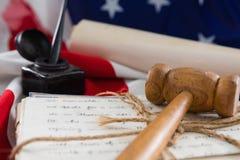 Gavel e documenti giuridici sistemati sulla bandiera americana Fotografia Stock Libera da Diritti