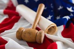 Gavel e documento giuridico sistemati sulla bandiera americana Fotografia Stock Libera da Diritti