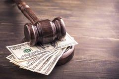 Gavel e dollari di banconote sulla tavola immagine stock libera da diritti