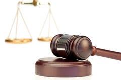 Gavel e escala de justiça imagens de stock