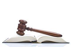Gavel e livro de lei de madeira Imagens de Stock Royalty Free