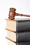 Gavel e livros de lei de madeira Imagem de Stock Royalty Free
